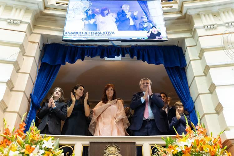 Axel Kicillof juró como Gobernador acompañado de Alberto y Cristina