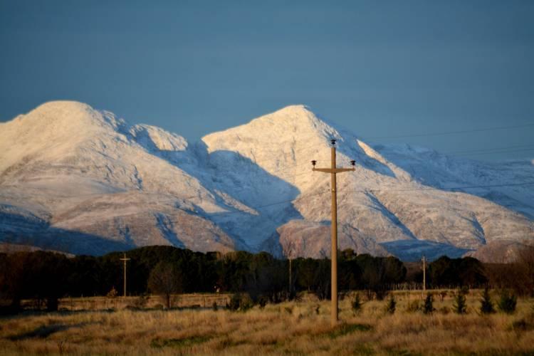 Salió el sol y la nieve muestra su obra en los cerros