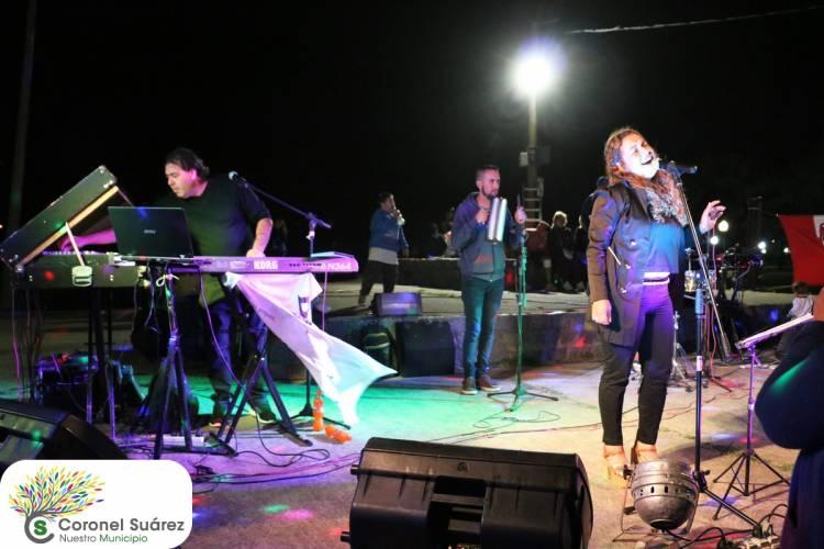 """Gran espectáculo musical de la mano de """"Silvina Díaz junto a Fabián Díaz y toda su banda"""""""