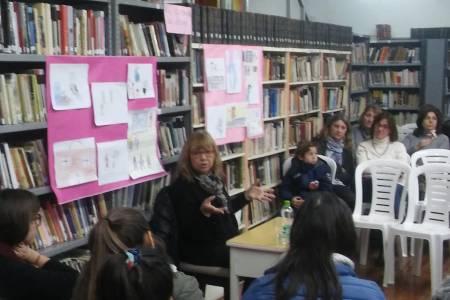 """María Inés Falconi escritora y autora de la exitosa saga """"Caídos del mapa"""" visitó Huanguelén"""