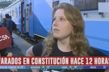 Tras 13 horas de retraso, partió el tren desde Plaza Constitución