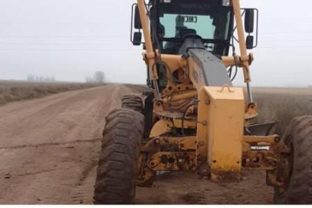 """Huanguelén: tareas de reparación y nivelación del camino """"Ruta 60"""""""