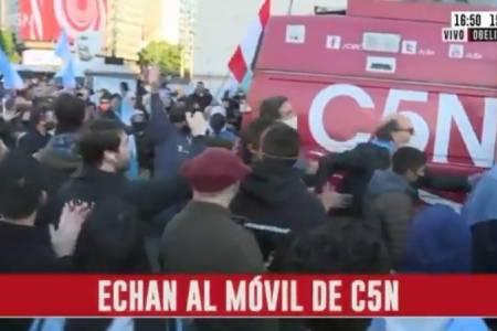 Manifestantes agredieron al móvil de C5N en el obelisco