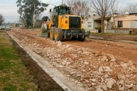Tareas de mantenimiento y reparación de calles en barrios de la ciudad