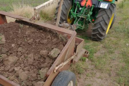 Denuncian a productor agropecuario por cuantiosa extracción de tierra en camino rural