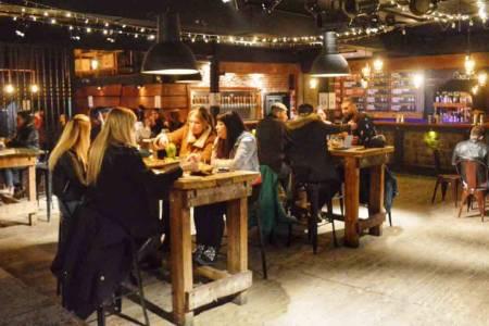 Eliminan las restricciones horarias para bares y restaurantes en la Provincia