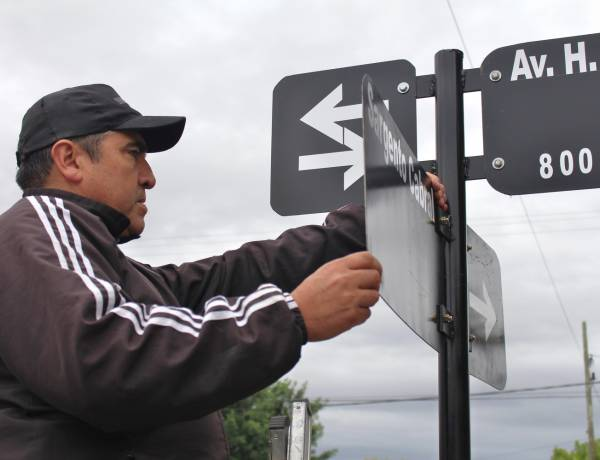 Restauración de nomencladores en distintos puntos de la ciudad