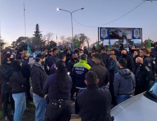Policías bonaerenses bloquean la salida de móviles en el Comando de Patrullas platense