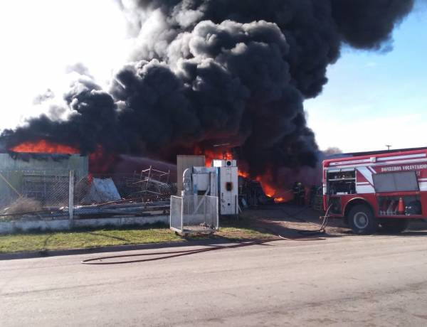 Un voraz incendio consume totalmente un acopio de plásticos, maderas y reciclables en el Parque Industrial