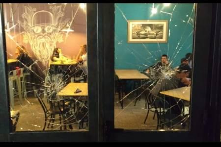 La vidriera de un restó fueron destruida