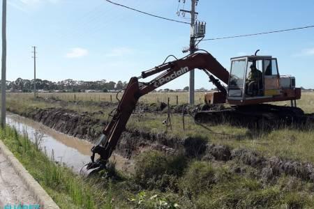 Limpieza del canal de calle Olavarría