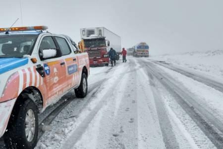 Rutas de Neuquén siguen cortadas por el temporal de nieve