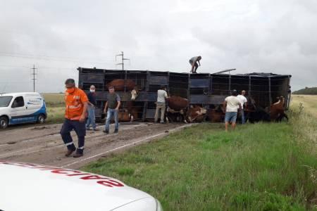 Un milagro evitó la tragedia: se distrajo y volcó su camión