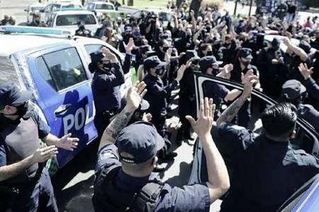 Desplazan a 400 policías que habían reclamado aumento