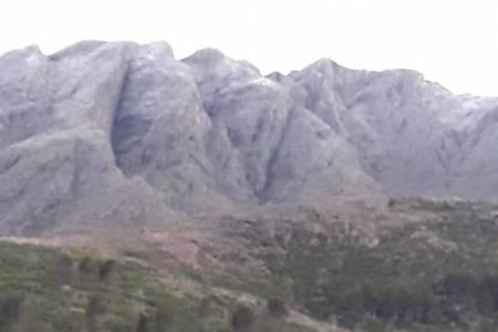 Los picos serranos amanecieron con algo de nieve